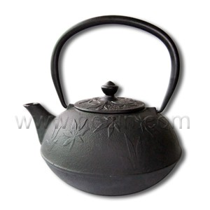 0.65 liter cast iron teapot with maple leaf pattern design