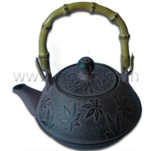 0.8 liter cast iron teapot with maple leaf design